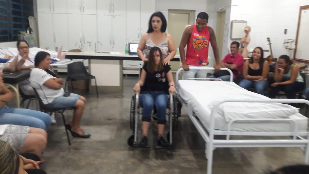 Alunos do Curso Técnico em Enfermagem participam da Prática de Mobilização de Pacientes Acamados.