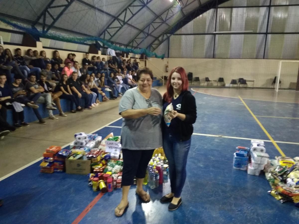 ETEC de Tupã faz doação de 30 super cestas para entidades beneficientes