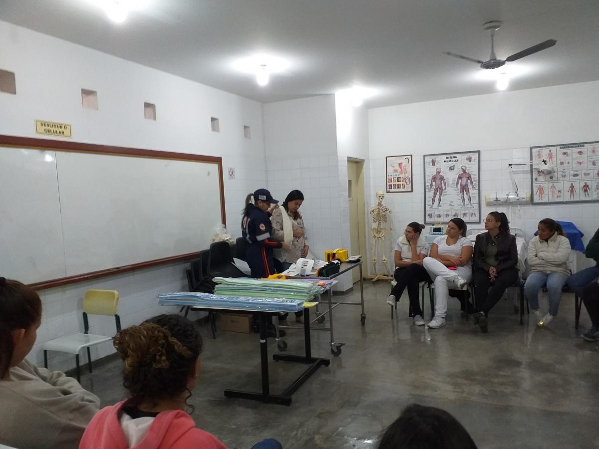 ALUNOS DO CURSO TÉCNICO EM ENFERMAGEM PARTICIPAM DAS PRÁTICAS REALIZADAS PELA TECNICA EM ENFERMAGEM DO SAMU